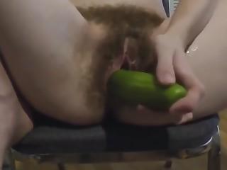 il mio cazzo piscia e poi sborra nella sua figa prima di fargli la barba