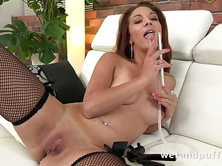 This perfectly shaped woman knows however to use the brush pump and she is as a result fine