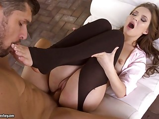 Foot fetish boyfriend cums on sexy toes of seductive babe Shelley Blissfulness
