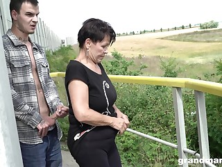 Short haired mature granny gives a muddy blowjob POV out of pocket